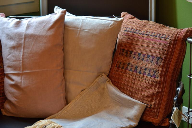 Cuscini realizzati con stoffe Miao