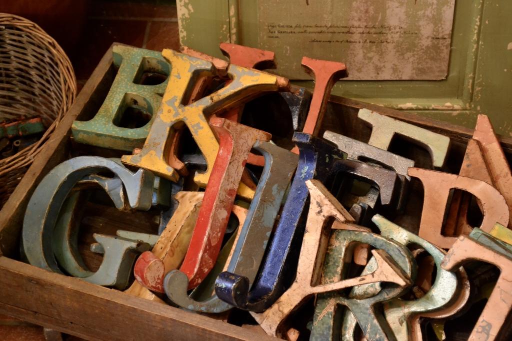 Lettere e numeri in metallo