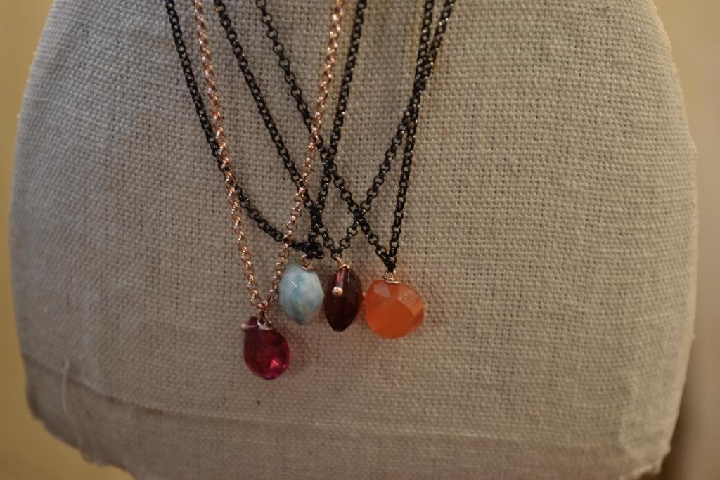 Girocollo con pietre semipreziose e catena in argento