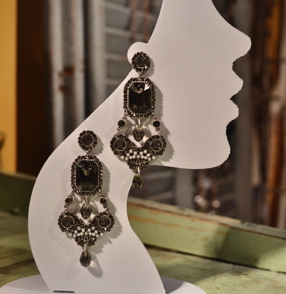 Orecchini con cristalli e filigrane