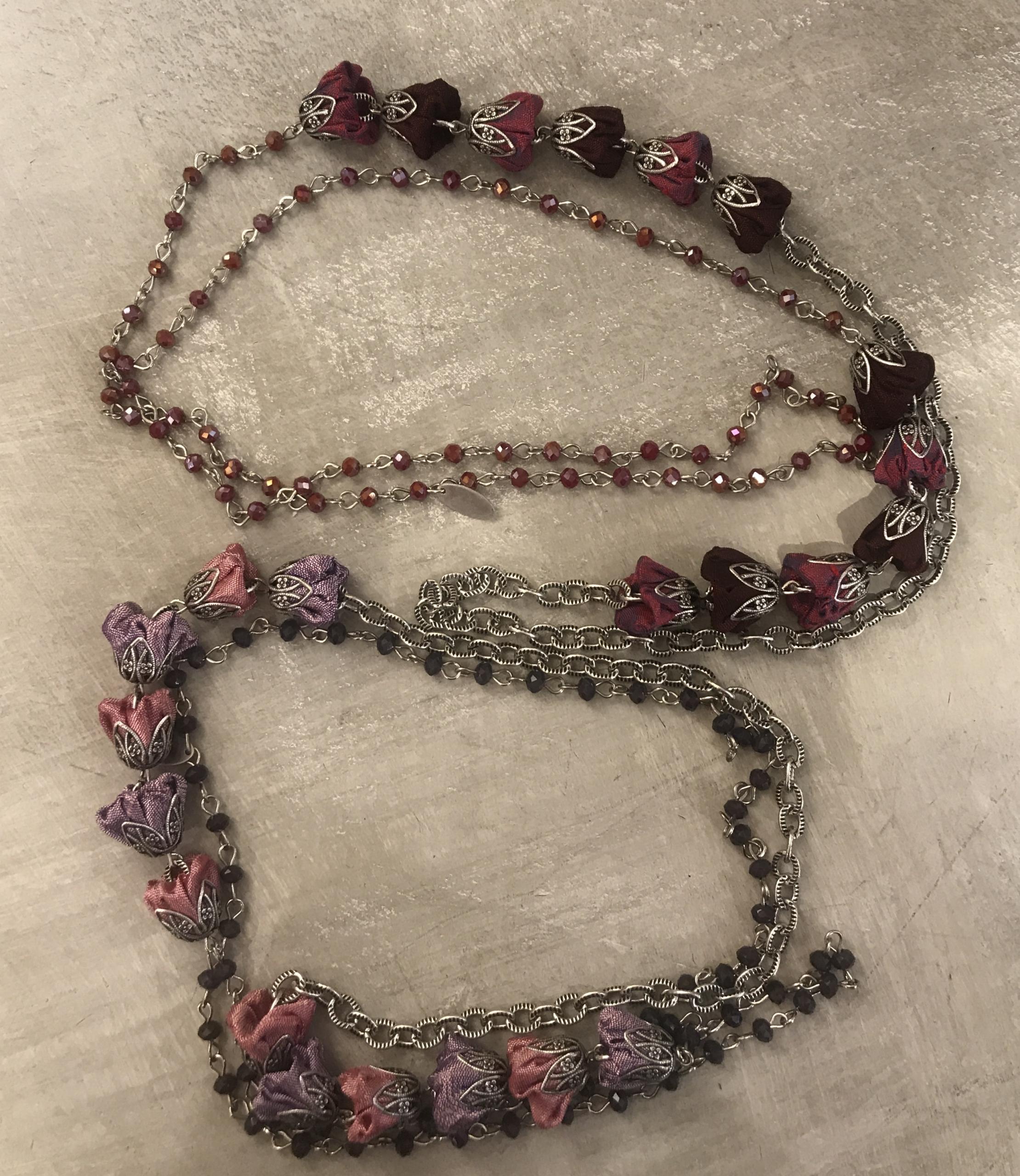 Collana concatenata con cristalli e roselline in shantung