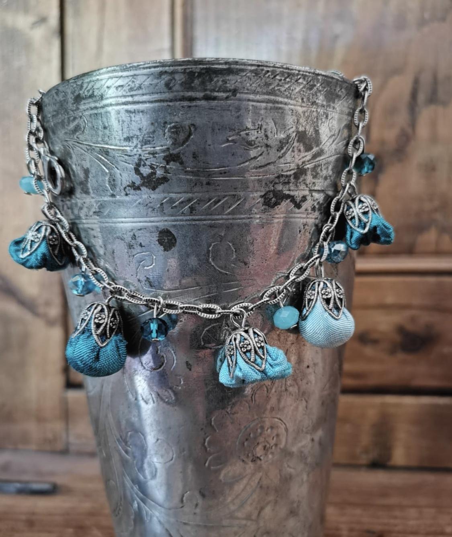 Braccialetti  gipsy style con boccioli in shantung e cristalli