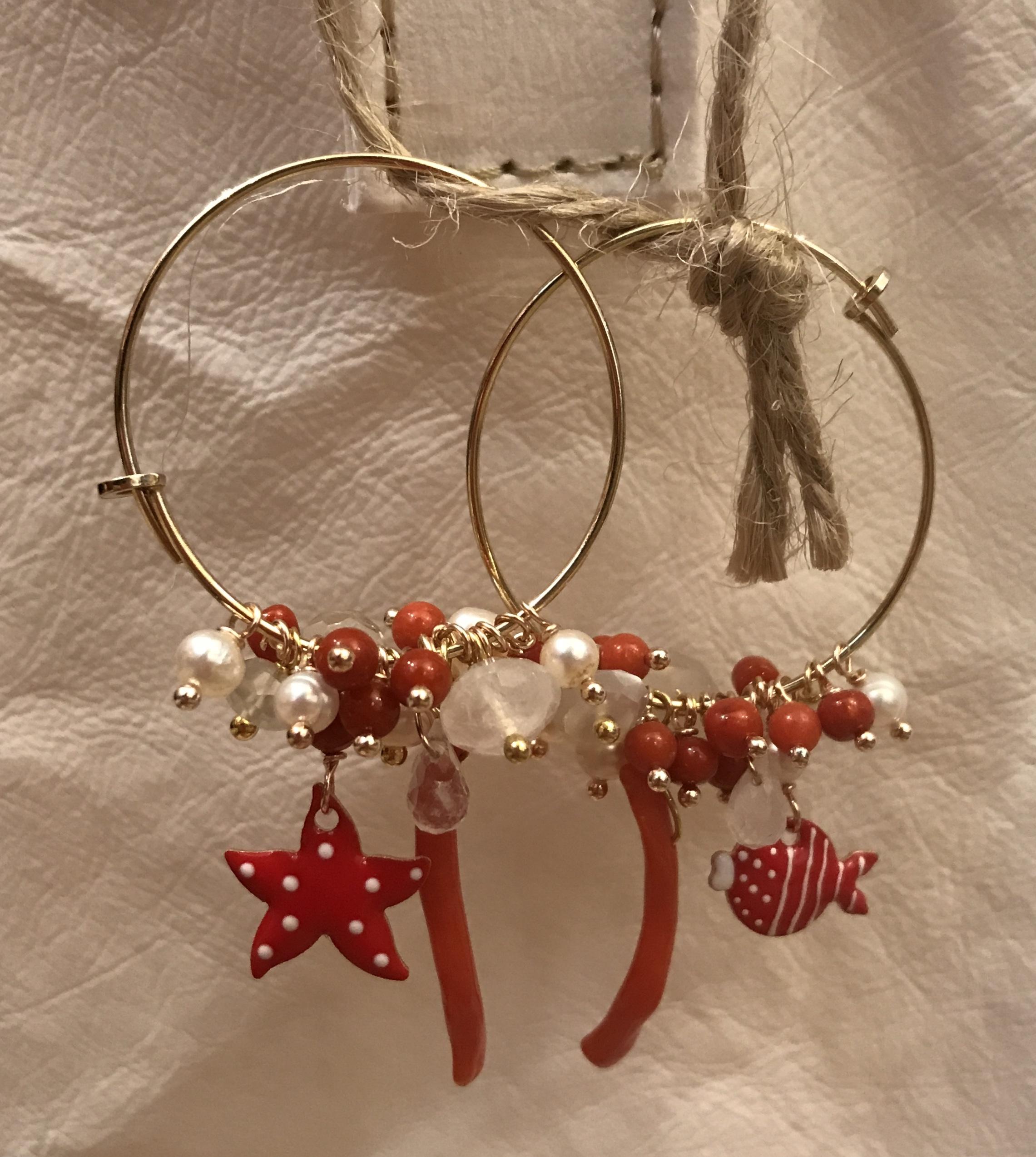 Orecchini argento con corallo, perle acqua dolce, labradorite.bianco e charms smaltat