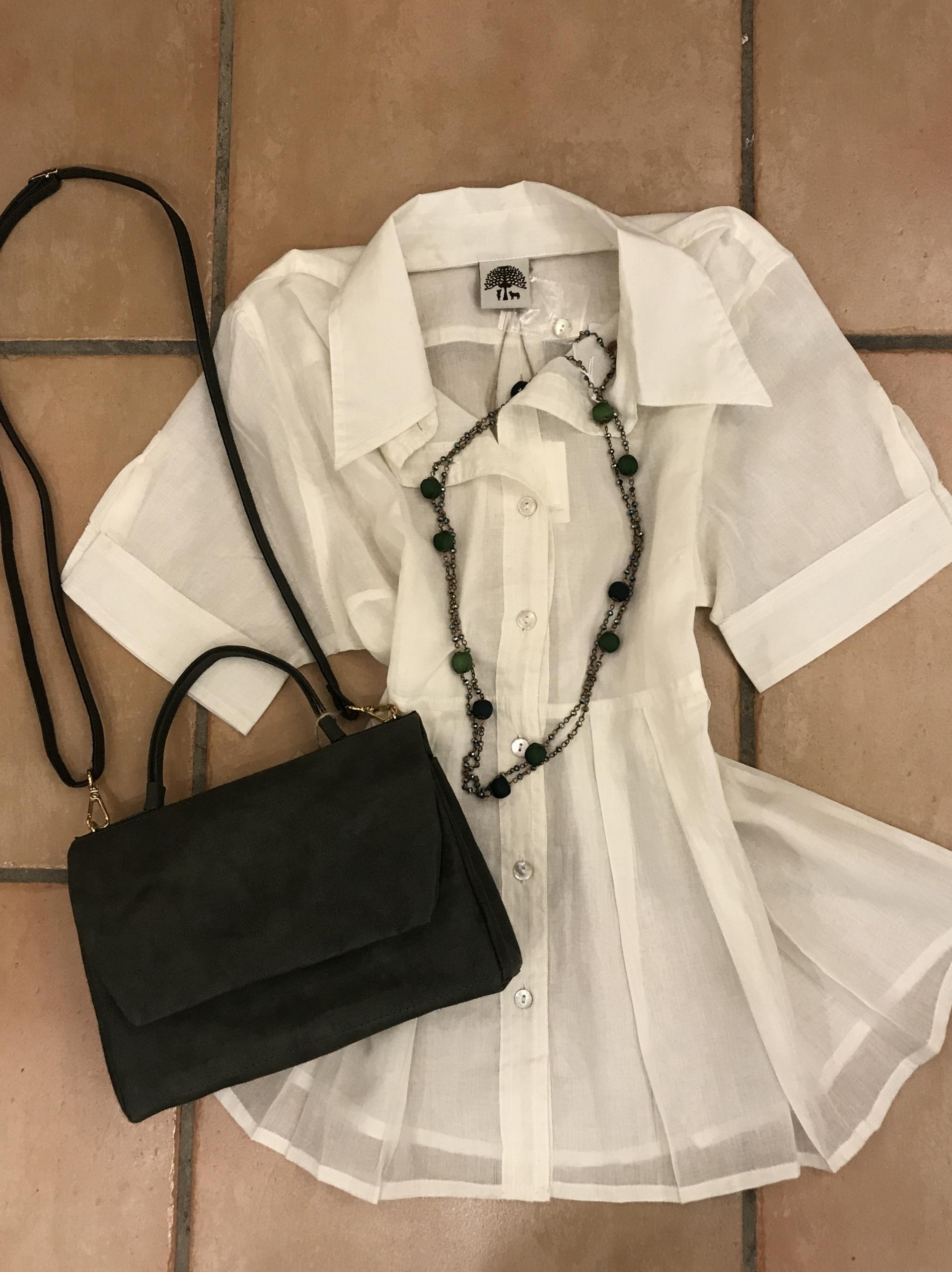camicia 100% cotone, borsa in carta lavabile, collana con cristalli e seta.